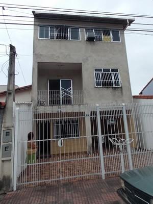 A dona de casa Lúcia dos Santos Maria se preocupa com a situação do condomínio (Foto: Paola Fajonni/G1)