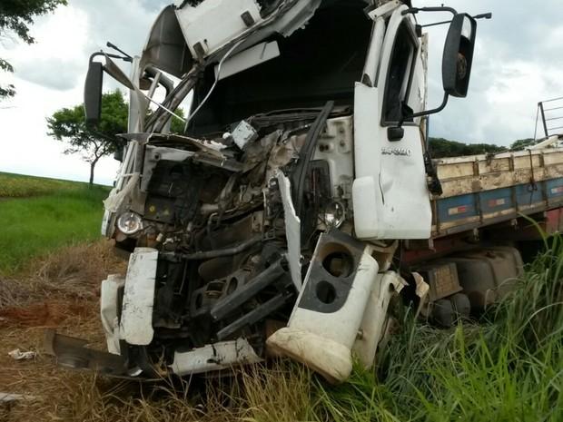 Caminhão colidiu de frente com ônibus e 17 ficaram feridos em Palmeiras de Goiás (Foto: Leonardo Gonçalves/TV Anhanguera)