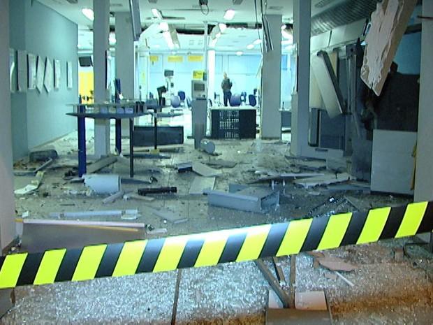 Explosão Caixa Eletronico Carmopolis de Minas 20/05/2014 (Foto: Reprodução / TV Integração)