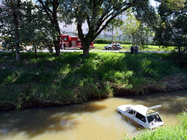 Jovem perde controle de carro e cai em córrego no bairro Piracicamirim, em Piracicaba (Foto: Thomaz Fernandes/G1)