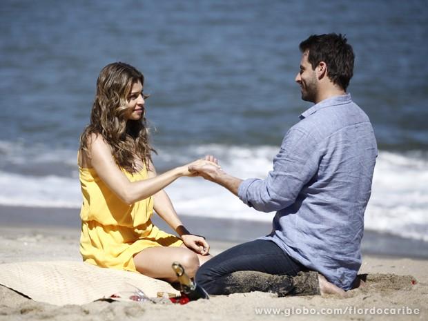 Cassiano surpreende Ester com pedido de casamento (Foto: Flor do Caribe/TV Globo)