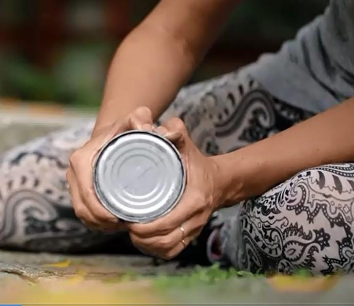 Será possível abrir uma lata de atum sem ter um abridor? Assista ao teste (Foto: Reprodução)