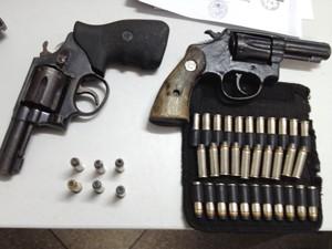 Armas apreendidas durante a operação 'Alerta Vermelho' em Santa Rita, Paraíba (Foto: Walter Paparazzo/G1)