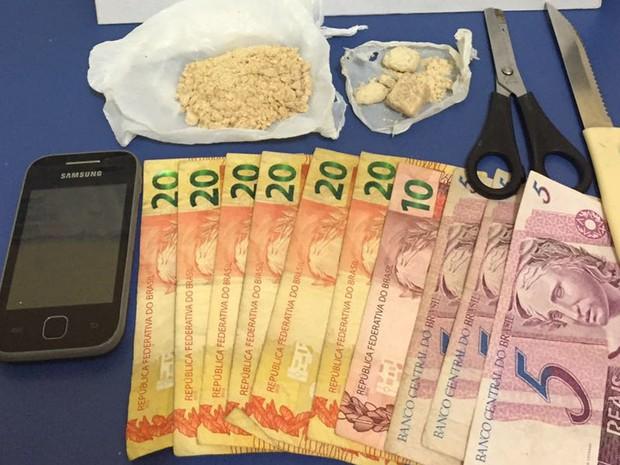 Droga estava escondida em vasilhames vazios (Foto: Polícia Militar/Divulgação)