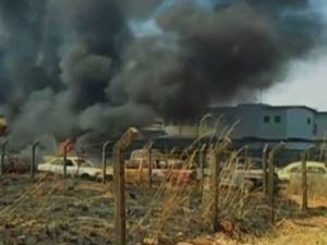 Incêndio destrói 60 carros em pátio de delegacia em Formosa, Goiás (Foto: Reprodução/TV Anhanguera)