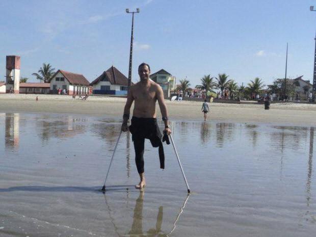 Morador de Peruíbe teve muletas roubadas enquanto surfava (Foto: Arquivo Pessoal / João Muth Neto)