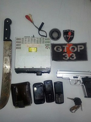 Objetos apreendidos com trio suspeito de fazer arrastões  (Foto: Polícia Militar/Reprodução)