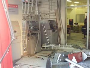Criminosos explodem caixas eletrônicos, em Salesópolis (Foto: Willian Tanida/ TV Diário)