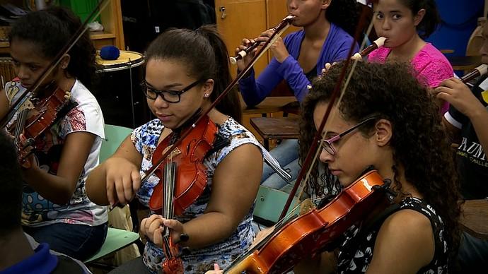 Orquestra Villa-Lobos faz sucesso entre os jovens da Lomba do Pinheiro, em Porto Alegre (Foto: Reprodução/RBS TV)