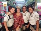 Regina Casé posa com guardas em visita ao centro do Rio