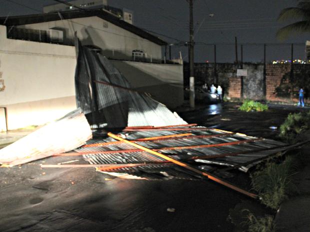 Telhado se desprendeu e atingiu casa no bairro Dom Pedro  (Foto: Sérgio Rodrigues/ G1 AM)