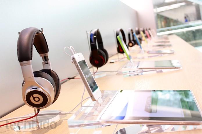 Fones na Apple Store Brasil (Foto: Allan Melo / TechTudo)