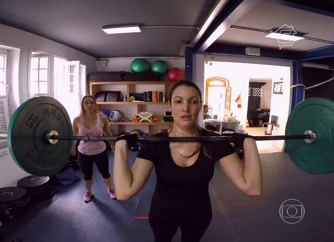 Patrícia Poeta levanta pesos de 25 quilos na aula de crossfit (Foto: Tv Globo/Gshow)