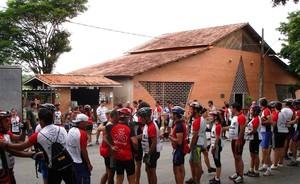 Ciclistas em frente à casa de Padre Libério, em Leandro Ferreira (Foto: Divulgação)
