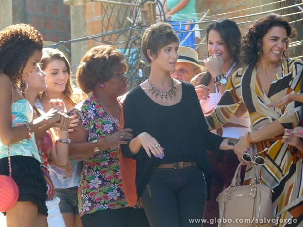 A jovem estranha recepção de todos no Alemão (Foto: Salve Jorge/TV Globo)