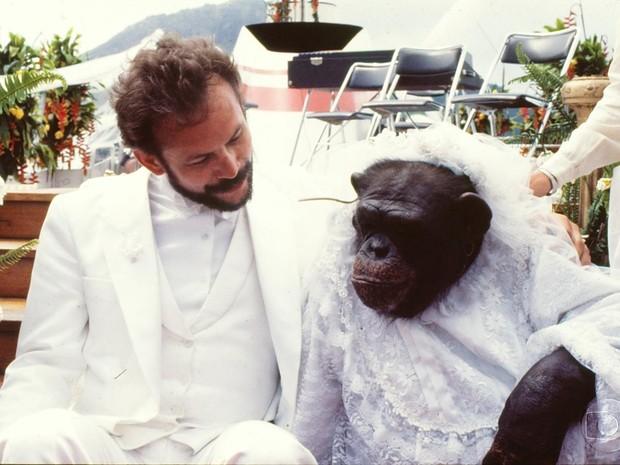Tiago (José Wilker) e a macaca em Transas e Caretas