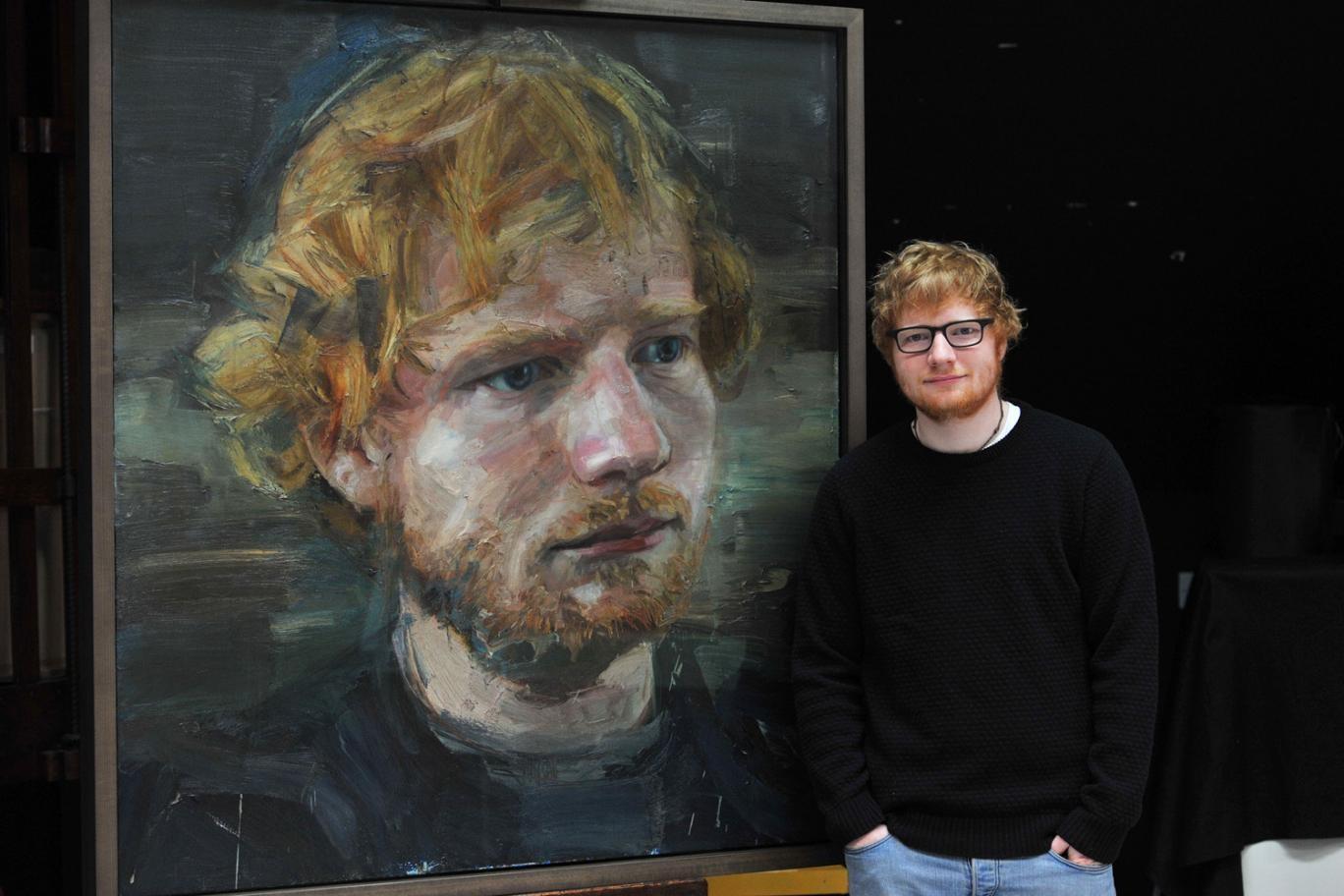 Ed Sheeran e seu retrato, pintado por Colin Davidson (Foto: Divulgao/National Portrait Gallery)
