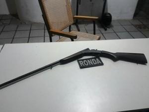 Arma foi encontrada na casa do suspeito (Foto: Agência Miséria)