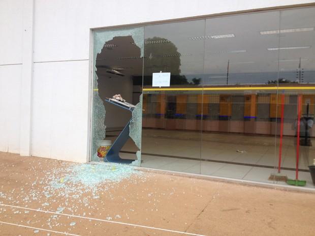 Parte do vidro da agência foi quebrado (Foto: Ísis Capistrano/ G1)