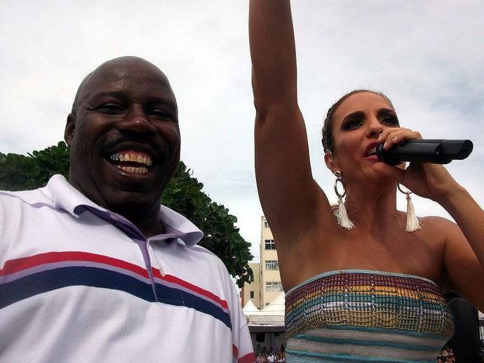 Reginaldo Holyfield, pugilista baiano, ao lado de Ivete Sangalo durante carnaval (Foto: Reprodução/Facebook)
