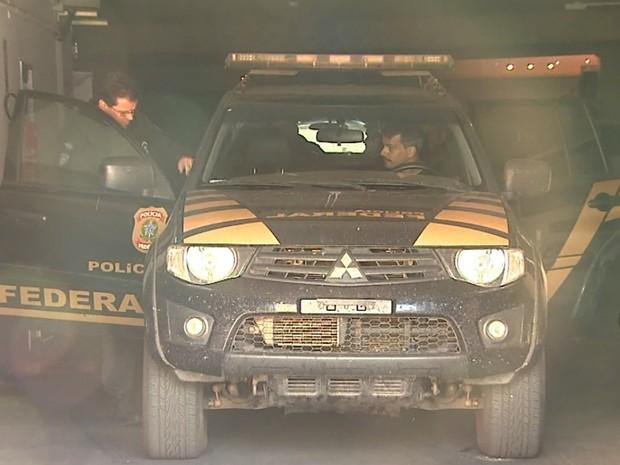 Presos foram levados para a sede da Polícia Federal no início da manhã (Foto: Reprodução/EPTV)