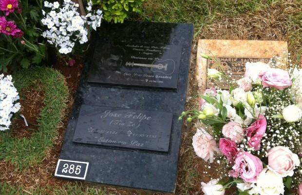 Fãs visitam o túmulo do sertanejto Leandro, no cemitério Jardim das Palmeiras, em Goiânia (Foto: Luzeni Santos/TV Anhanguera)