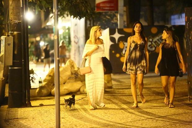 Bárbara Evans, cachorrinho e amigas no Leblon (Foto: AgNews)
