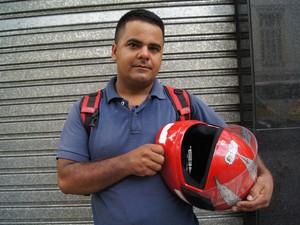 Motoboy Francisco Ferreira Lima teve a moto destruída após explosão de bueiro em Copacabana (Foto: Carolina Lauriano/G1)