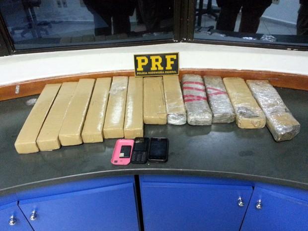 Dupla foi presa com 11 quilos de maconha em Varginha (Foto: Polícia Rodoviária Federal)