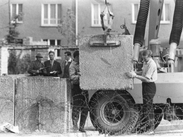Bloso de concreto são colocados para formar o muro, em 1961 (Foto: Helmut Wolf/Deutsches Bundesarchiv)