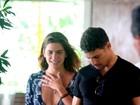 Mariana Goldfarb abusa do decote em passeio com Cauã Reymond