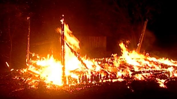 Residência onde a família morava foi incendiada (Foto: Reprodução/RBS TV)