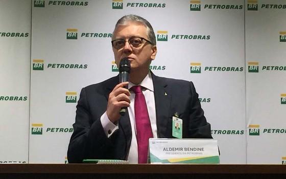O presidente da Petrobras, Aldemir Bendine, explica mudanças na governança e gestão da estatal. Empresa anunciou nesta quinta-feira (28) que vai cortar pelo menos 30% do número de funções gerenciais (Foto: Cristina Indio do Brasil/Agência Brasil)