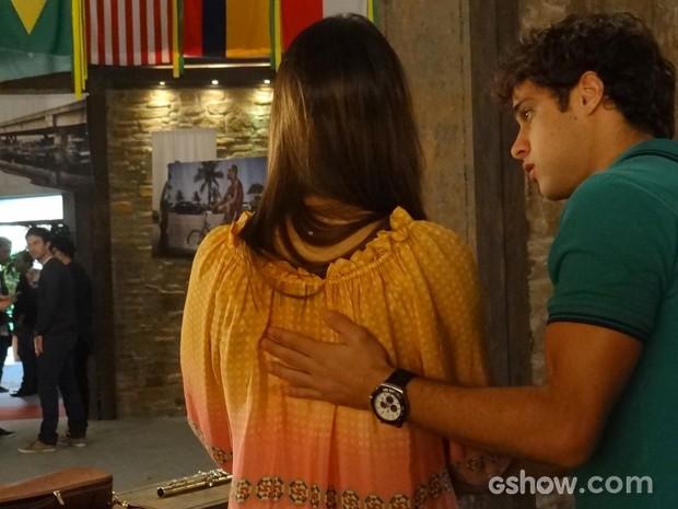 Laerte vê o filho ensinando a amada e não gosta (Foto: Em Família/TV Globo)