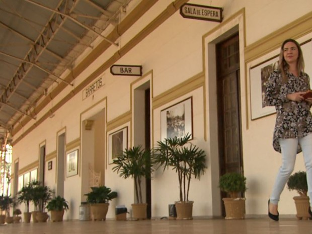 Tatiana Loureiro em estação ferroviária de Barretos semelhante à que encontrou livro de espanhol na infância (Foto: Reprodução/ EPTV)