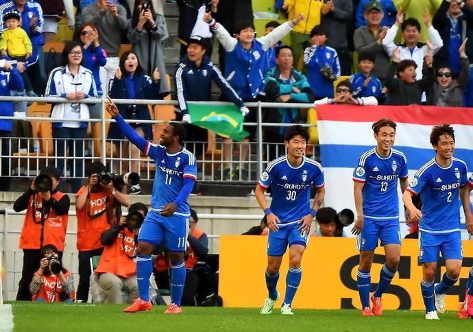 Leo Itaperuna comemora gol Suwon Bluewings (Foto: Reprodução Sina.com)