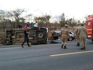 Colisão ocorreu entre um carro e uma caminhonete (Foto: Divulgação)