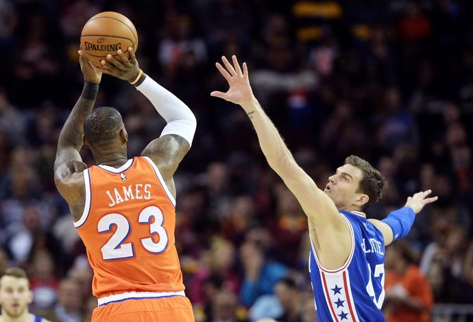 LeBron James faz o arremesso diante da marcação de Dario Saric (Foto: Reuters)