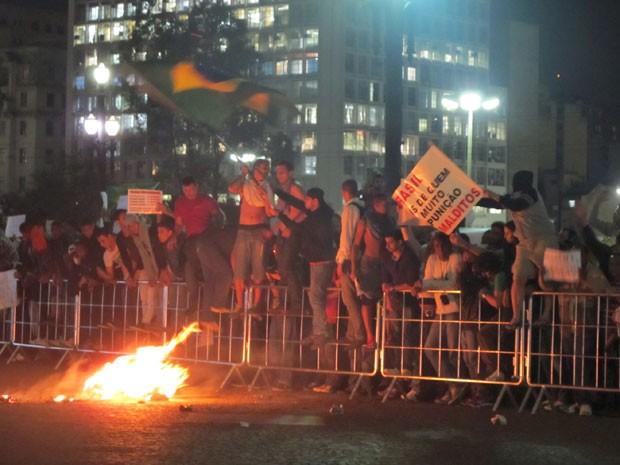 Manifestantes atearam fogo em um boneco com a foto d ehaddad e Alckmin em frente à Prefeitura (Foto: Darlan Alvarenga/G1)