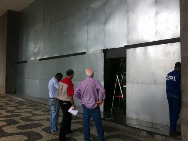 Banco Central do Brasil é protegido  por tapumes de alumínio. (Foto: Cristiane Cardoso/G1)