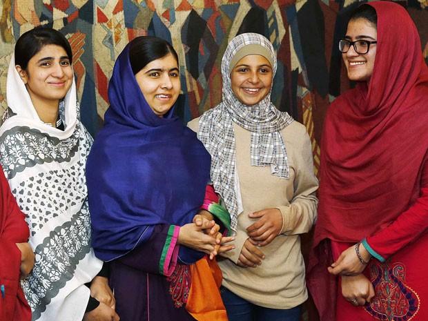 Kainar Riaz (de véu branco), Malala Yousafzai e Shazia Ramzan (de óculos), além da ativista síria Mezon Almellehan, estão em Oslo para a cerimônia do Nobel (Foto: Matt Dunham/AP)