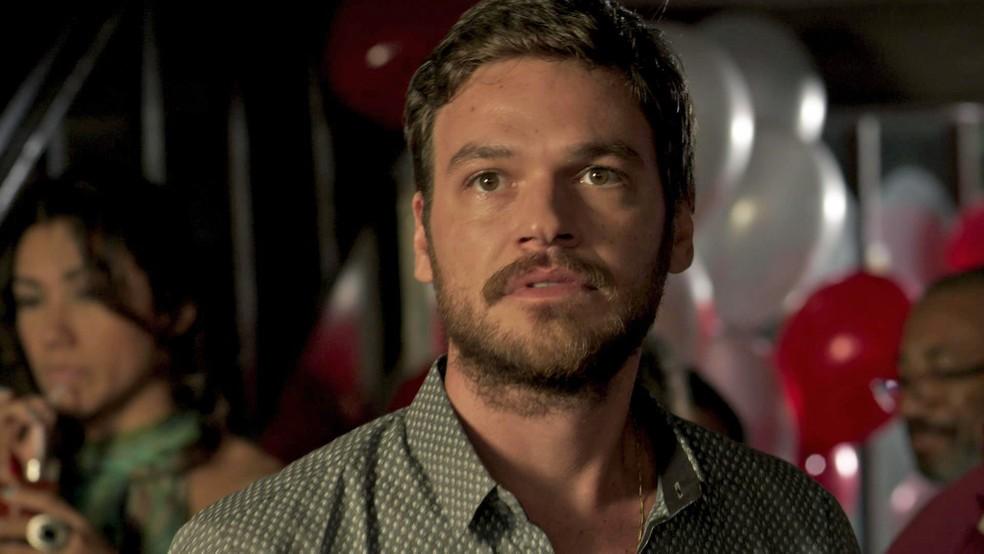 Rubinho entra em pânico ao ver Jeiza (Paolla Oliveira) entrando na gafieira (Foto: TV Globo)