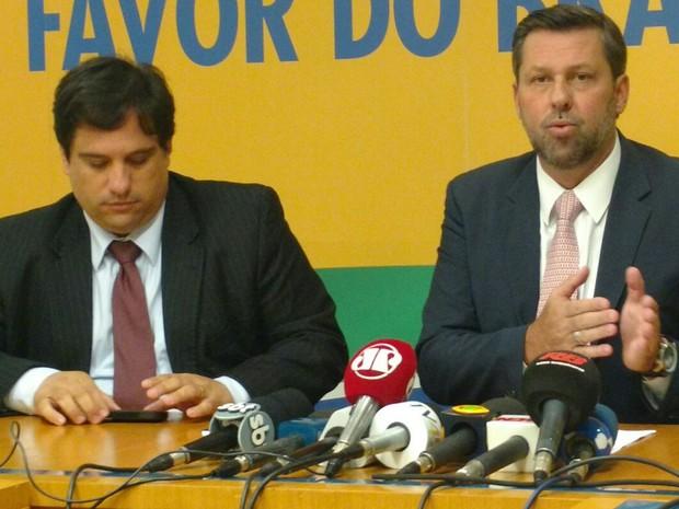 O vice-presidente jurídico do PSDB, deputado Carlos Sampaio (SP), anuncia pedido de cancelamento do registro partidário do PT (Foto: Carolina Cruz / G1)