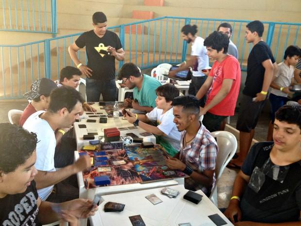 Competidores em disputa de card-games (Foto: Ísis Capistrano/ G1)