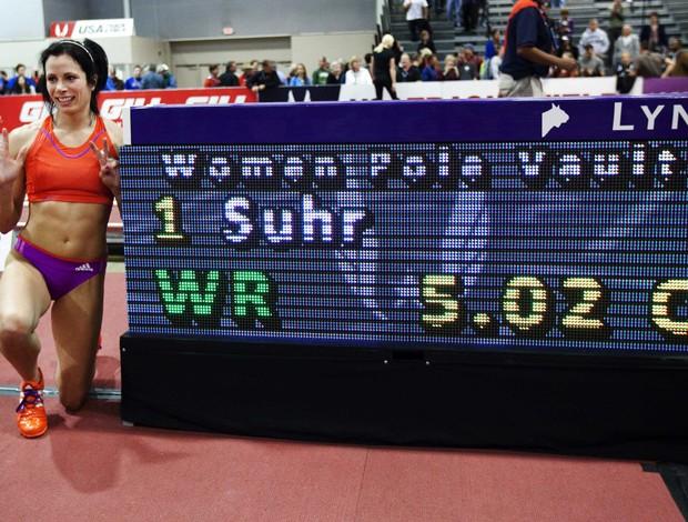 Americana Jenn Suhr bateu o recorde mundial indoor de salto em vara com 5,02m (Foto: REUTERS)