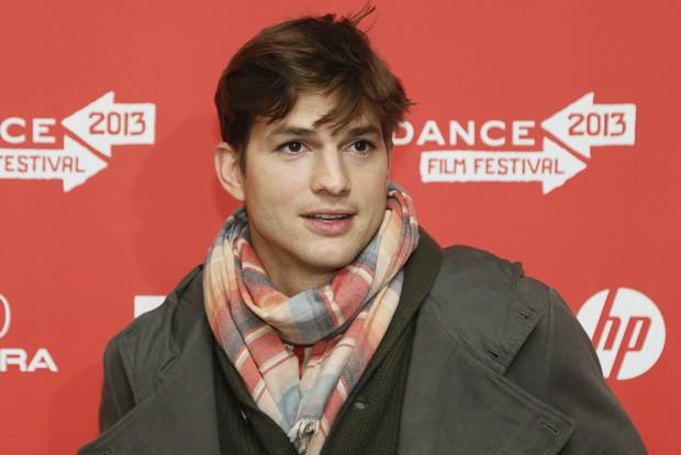 Ashton Kutcher aparece durante première do filme 'jOBS', no qual o ator interpresa o cofundador da Apple (Foto:  Danny Moloshok/AP)