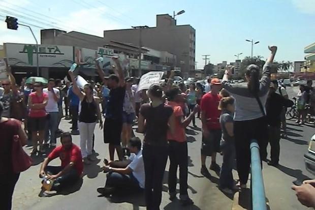 Professores municipais protestam por melhores salários em Goiânia (Foto: Maria de Fátima Oliveira/ VCnoG1)