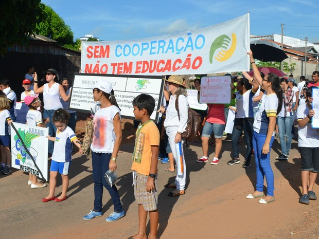 Caminhada por obra em escola em Cacoal, RO (Foto: Magda Oliveira/G1)