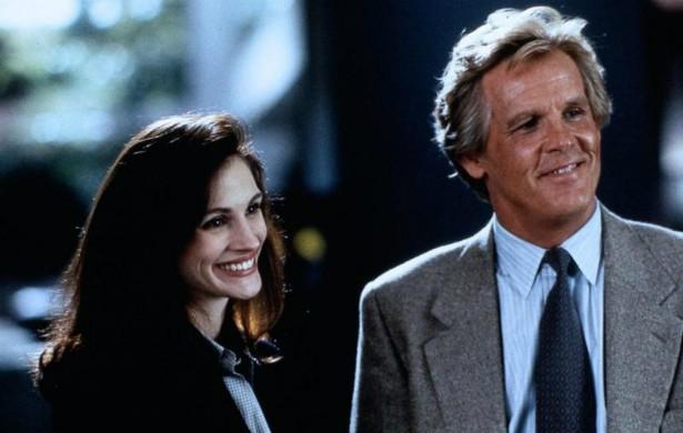 """Na comédia romântica 'Adoro Problemas' (1994), Nick Nolte e Julia Roberts são repórteres que, a despeito da rivalidade, não se desgrudam. Na vida real, se odeiam até hoje. Julia recentemente o chamou de """"ser humano nojento"""". Nick, por sua vez, diz que """"ela não é uma pessoa legal"""". (Foto: Reprodução)"""