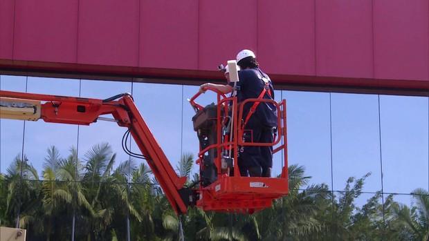 Diretor administrativo limpa fachada de prédio de 13 metros ()